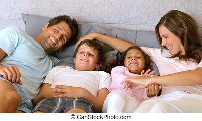 mensonge, lit, famille, heureux