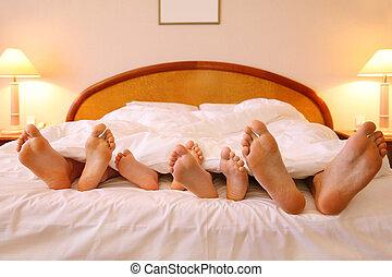 mensonge, père, sheets;, foyer, lit, deux, pieds, mère, blanc, enfants