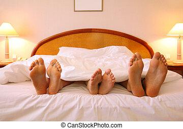 mensonge, père, sheets;, foyer, lit, pieds, enfant, mère, blanc, doux