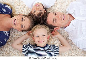 mensonge, sourire, jeune famille, plancher