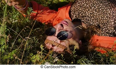 mensonges, field., herbe, nature, lunettes soleil, -, été, gens, vacances, sourire, concept, heureux, vacances, femme