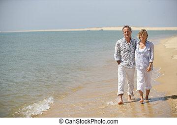 mentén, sétáló, párosít, középkorú, tengerpart