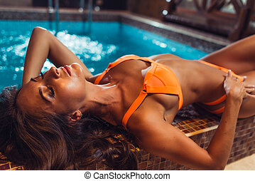 mentindo, jovem, natação, edge., biquíni, piscina, swimsuit, mulher, bonito