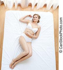 mentindo, loura, cama, roupa interior, mulher