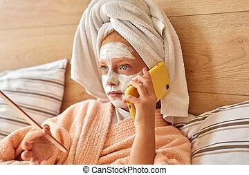 mentindo, menina, telefone, conversa, atraente, criança, cama