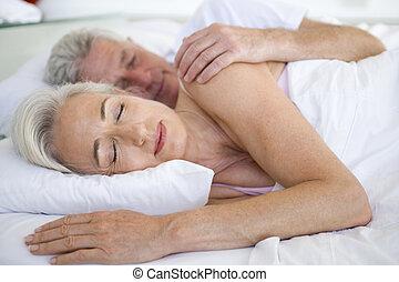 mentindo, par, cama, junto, dormir