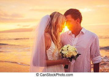 menyasszony inas, élvez, bámulatos, napnyugta, képben látható, egy, gyönyörű, tropical tengerpart, romantikus, házaspár, csókolózás