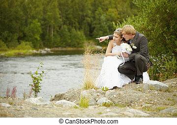 menyasszony inas, ül, képben látható, folyópart
