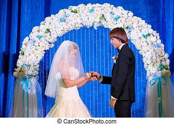 menyasszony inas, alatt, a, bolthajtás, hord, esküvő gyűrű