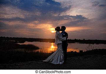 menyasszony inas, csókolózás, -ban, napnyugta, gyönyörű, romantikus, házaspár