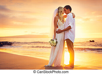 menyasszony inas, csókolózás, -ban, napnyugta, képben látható, egy, gyönyörű, tropical tengerpart, romantikus, házaspár