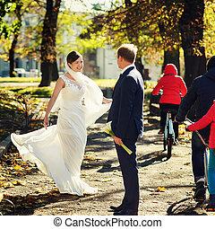 menyasszony, lát, boldog, forog, a parkban, mögött, egy, lovász