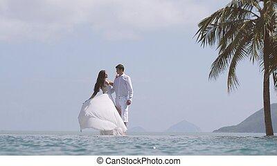 menyasszony, van, játék, noha, neki, hosszú, white esküvő, dress., fiatal, gyönyörű, bábu woman, átkarolás, egymást, -ban, a, tengerpart., boldog, szerető párosít, -ban, a, honeymoon., valentines nap, concept.
