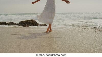 mer, africaine, vue, arrière, américain, eau, 4k, femme, jouer, plage