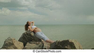 mer, elle, banque, femme, bébé, beau, attente, stomach., pregnant, jeune, caresser, sien