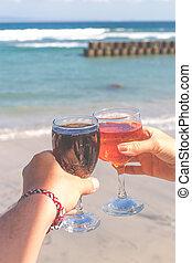 mer, mains, deux, glasses., arrière-plan., vin, femme, tenue, mâle, lunettes