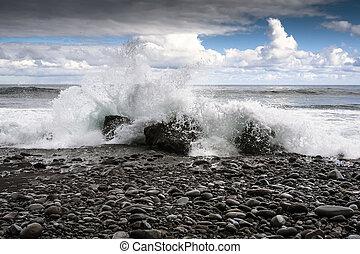 mer, pierres, et, irrigation, vagues, photo, à, nuages, arriere-plan