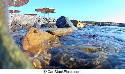 mer, rouges, sur, motion., rocheux, vue., plage, vagues, côtier, voir, drapeau, parapluies, sous-marin, rivage, jetée, vous, boîte, lent, couvert chaume, rouleau