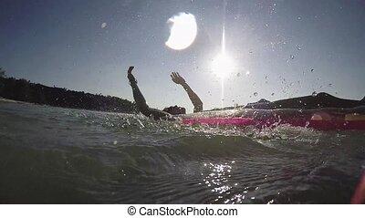 mer, soleil, par, eau, motion., matelas, touriste, flamme, homme, lent, lentille, effets, gonflable, exotique, délassant, plage., jeune, irrigation