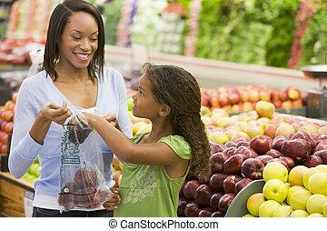 mercearia, mulher, filha, maçãs, shopping, loja