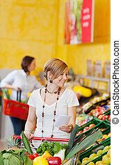 mercearia, shopping mulher, lista de verificação, enquanto, segurando, loja