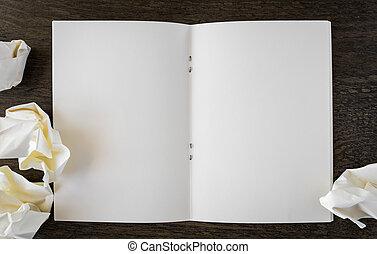 merk boek op, met, verfrommeld papier, op, een, houten bureau