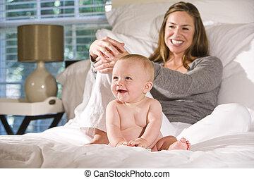 mes, madre, divertido, cama, bebé, viejo, sentado, seis