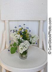 mesquin, lilas, bouquet, printemps, foyer, sélectif, retro, chic, blanc, doux, chaise, romantique