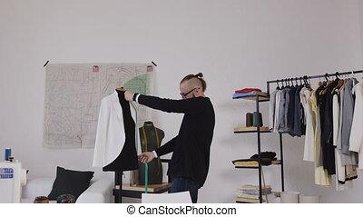 messen, oder, schneider, mode, arbeitende , atelier, collection., nehmen, maßnahmen, kunstfertigkeit, bequem, crafting, während, entwerfer, schaufensterpuppen, professionell, neu , linie, kaukasier, stilvoll, studio.