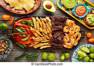 messicano, manzo, gamberetto, fajitas, combinazione, pollo