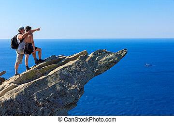 messze, atya, fiú, tenger, hajó, látszik, hegycsúcs, ki