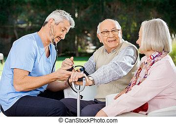 mesurer, à côté de, séance, docteur, wom, pression, sanguine, homme aîné