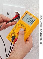 mesurer, électricien, électrique, tension, mains, sortie