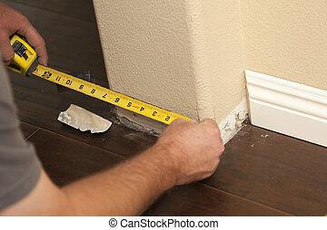 mesurer, abstract., plancher, laminate, taureau, entrepreneur, plinthe, nez, coins, nouveau