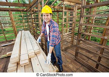 mesurer, bois, charpentier, site, construction, sourire, planche