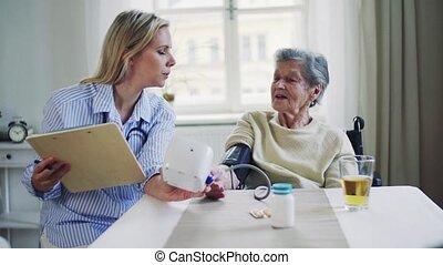 mesurer, femme, visiteur, pression, santé, sanguine, personne agee, home.