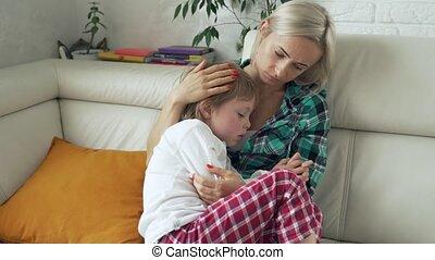 mesurer, fièvre, température, elle, sofa, malade, mère, élevé, arrière-plan., enfant malade, maison, mensonge, gosse