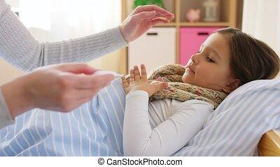 mesurer, fille, mère, malade, température