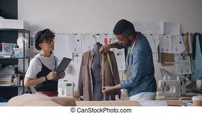 mesurer, fonctionnement, tablette, vêtement, ensemble, créatif, studio, utilisation, concepteurs