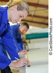 mesurer, marquer, matériel, ouvrier, femme