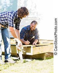 mesurer, ouvriers, bois, site, construction