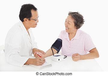 mesurer, patient, docteur, pression, sanguine, femme