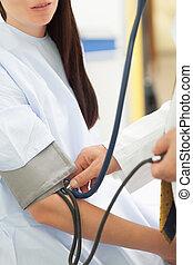 mesurer, sien, patient, docteur, pression, sanguine