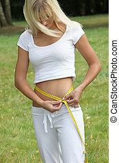mesurer, sportif, femme, taille, circonférence, jeune, élégant, mètre à ruban, vêtements de sport