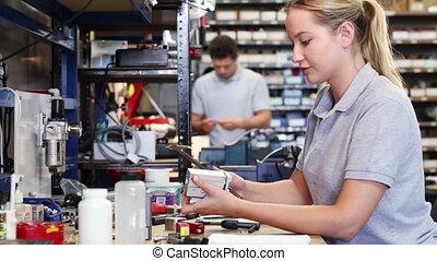 mesurer, travail, composant, usine, banc, femme, micromètre, utilisation, ingénieur