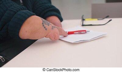 met, homme, mains, non, desk., stylo, bureau