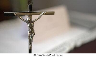 metaal, kruisbeeld, met, heilige bijbel, vaag, in, achtergrond