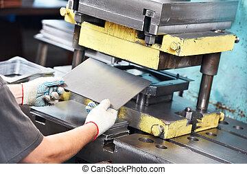 metal folha, trabalhador, máquina, operando, imprensa