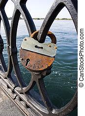 Metal lattice with locks.