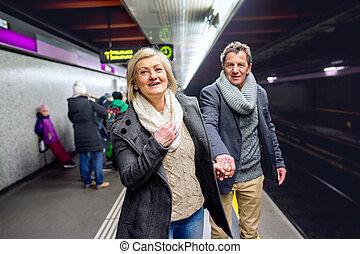 metro, 3º edad, pareja, esperar, plataforma